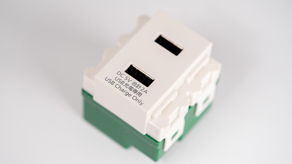 USBコンセントが床に置かれている写真